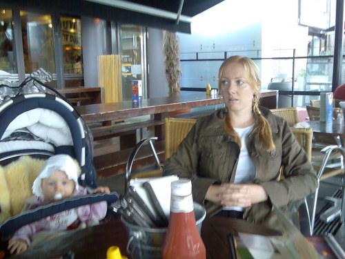 Synne og Maya på Aker Brygge